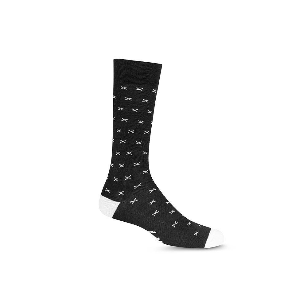 Medias negras cortas informales con cruces, refuerzo de punteras y talón en contraste blanco. Costuras suaves en para mayor comodidad.