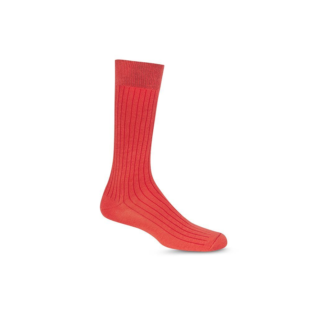 Medias rojas acanaladas cortas informales, tejidas en algodón peinado y elastano, con refuerzo a tono en puño, puntera y talón.