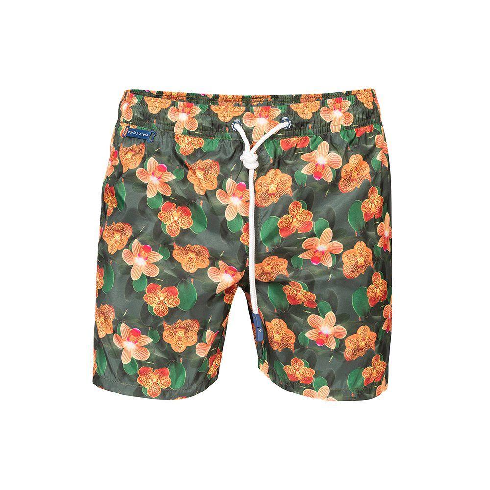 Pantaloneta de baño verde estampada con flores.