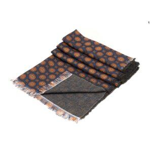 Bufanda azul con figuras geométricas