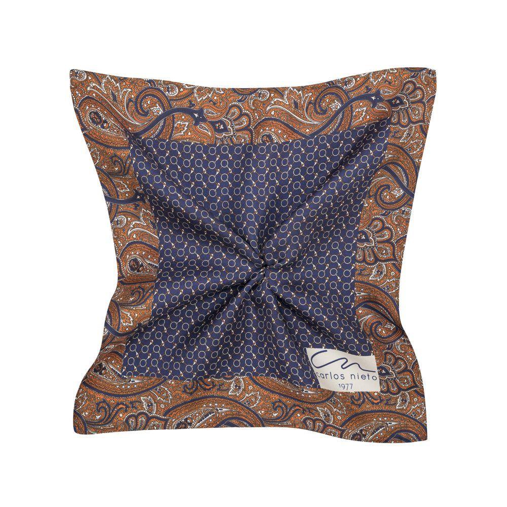 Pañuelo azul oscuro estampado con cenefa de arabescos ocres en seda de origen Español.