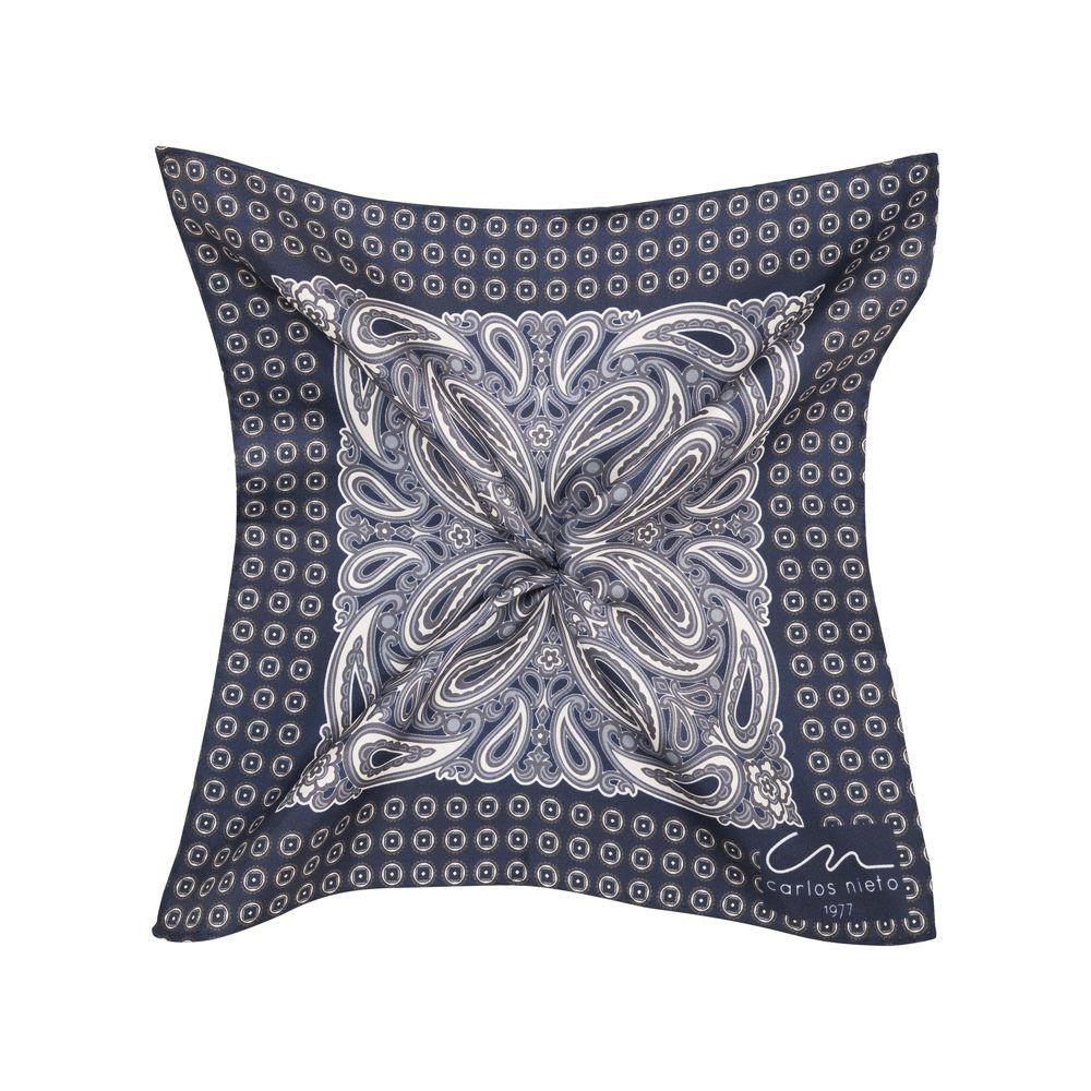 Pañuelo azul oscuro con estampado de arabescos en blanco y cenefa de figuras geométricas en seda de origen Español.