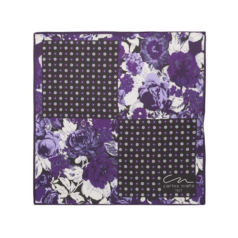 Pañuelo con cuatro estampados florales en tonos morados, blanco y gris en seda de origen Español.