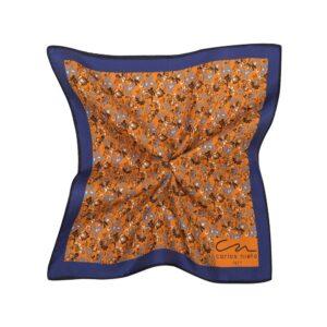 Pañuelo naranja con estampado floral y cenefa angosta azul oscura en seda de origen Español.