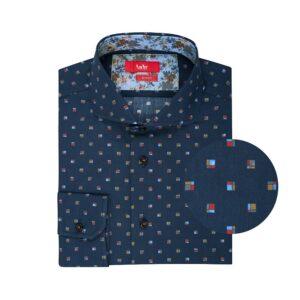 Camisa azul estampado a cuadros en Algodón 100% de origen Esloveno, silueta slim fit, botones en contraste y cuello abierto con button under.
