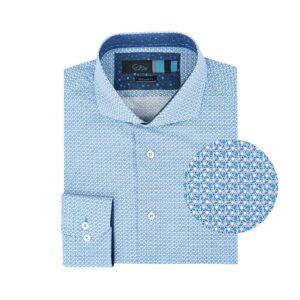 Camisa azul estampada en Algodón 100% de origen Italiano, silueta regular y cuello abierto button under, contrastes internos para lograr un llok moderno y sofisticado.