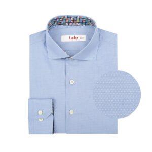 Camisa azul medio doble uso en Algodón 100% Pima. Silueta slim fit, cuello abierto con button under y contrastes en cuello y puño interno.