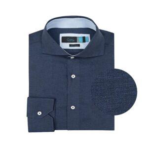 Camisa azul en lino. Silueta relajada, contrastes internos y cuello abierto con button under.