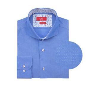 Camisa manga larga, fondo azul micro diseño, Slim fit, cuello abierto con botón escondido.  Algodón Pima de origen Peruano.