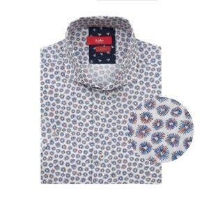 Camisa manga corta fondo blanco con micro diseños en azul y naranja, Slim fit, cuello abierto con botón escondido. Algodón de origen Peruano.