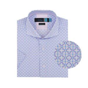 Camisa manga corta, fondo blanco figuras simétricas azules y rosadas, regular fit, cuello abierto con botón escondido. Algodón Pima de origen Peruano.