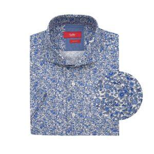Camisa manga corta, fondo blanco con diseño en flores, Slim fit, cuello abierto con botón escondido. Algodón de origen Peruano.
