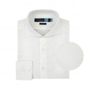 Camisa blanca en fibra natural 100% Lino. Silueta ligera, contrastes internos y cuello abierto con button under.