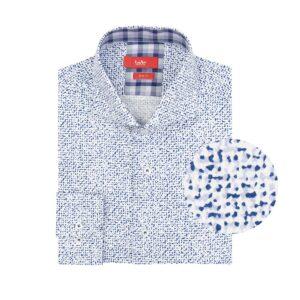 Camisa manga larga, fondo blanco con estampado camuflado lila/azul, Slim fit, cuello abierto con botón escondido. Algodón de origen esloveno.
