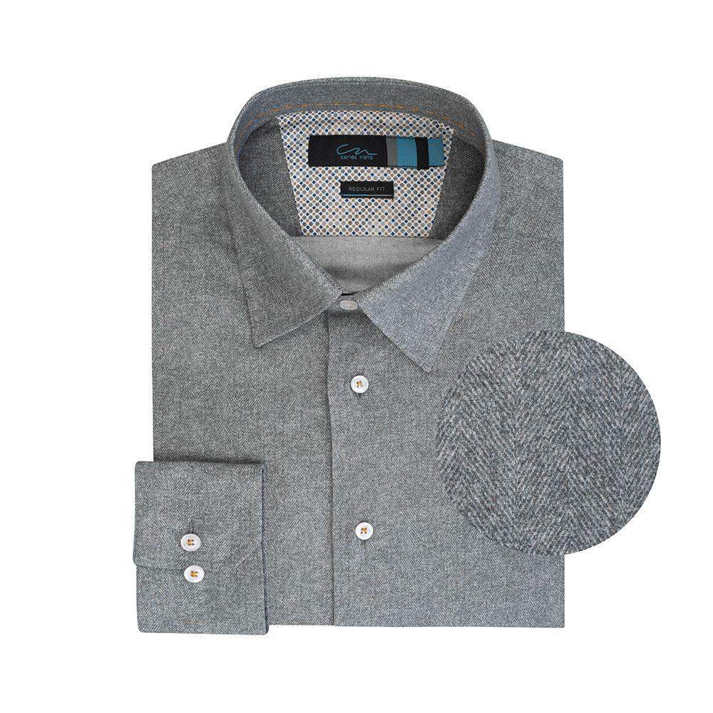 Camisa gris textura espina de pescado elaborada en Algodón 100% de origen Italiano, silueta regular y cuello clásico button under, contrastes internos para lograr un look moderno y sofisticado.