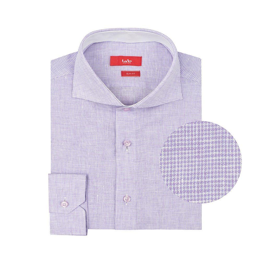 Camisa lila en lino. Silueta slim fit, contrastes internos y cuello abierto con button under.