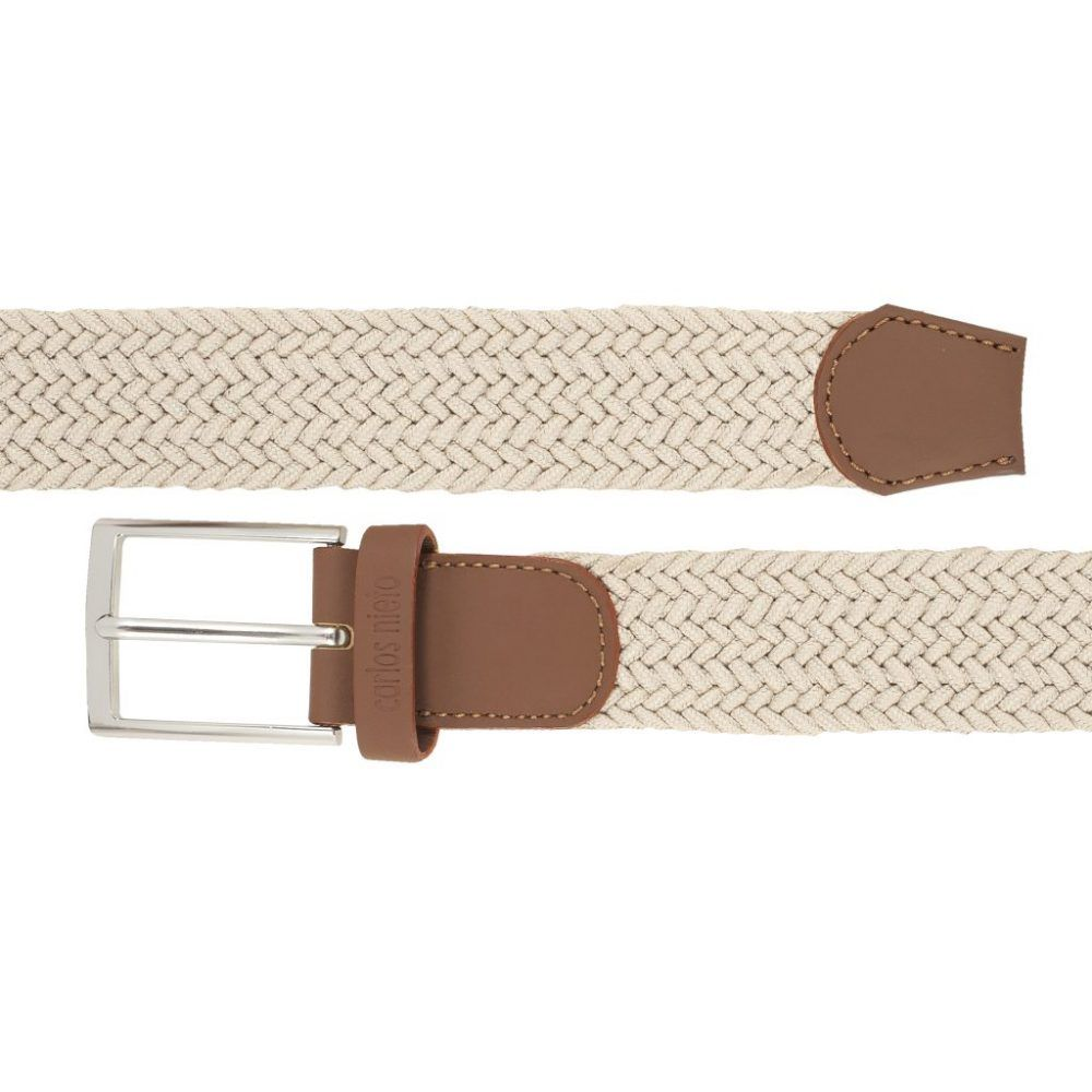 Cinturón trenzado beige que permite elasticidad.