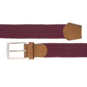Cinturón trenzado vino tinto que permite elasticidad.