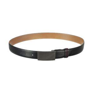Cinturón negro en cuero y hebilla metalica.
