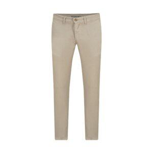 Pantalón avena slim fit tipo chino. Confeccionado en Algodón 100% Español, tejido que se adapta al cuerpo brindando confort.