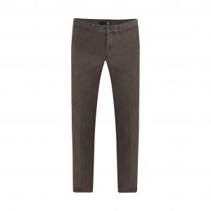 Pantalón café slim fit tipo chino. Confeccionado en Algodón 100% Español, tejido que se adapta al cuerpo brindando confort.
