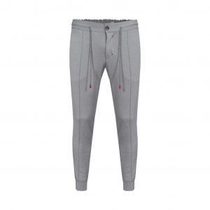 Pantalón gris tipo jogger de silueta slim fit, pretina encauchada y contrastes decorativos para un look moderno.
