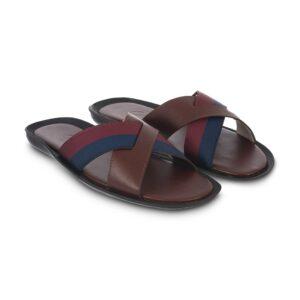 Sandalia café tipo pala elaborada en cuero napa con contrastes en correa azul y rojo.