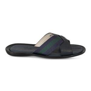 Sandalia azul tipo pala elaborada en cuero napa con contrastes en correa verde y azul.