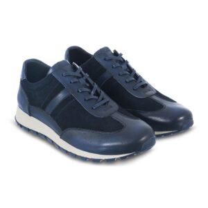 Tenis en combinación lona/cuero azul, cordones encerados y suela de goma flexible para mayor confort.