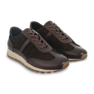 Tenis en combinación lona/cuero café, cordones encerados y suela de goma flexible para mayor confort.