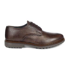 Zapato café acordonado, en piel de becerro Italiano craquelado, liviano y confortable, con suela especialmente diseñada para tener un máximo agarre y seguridad.