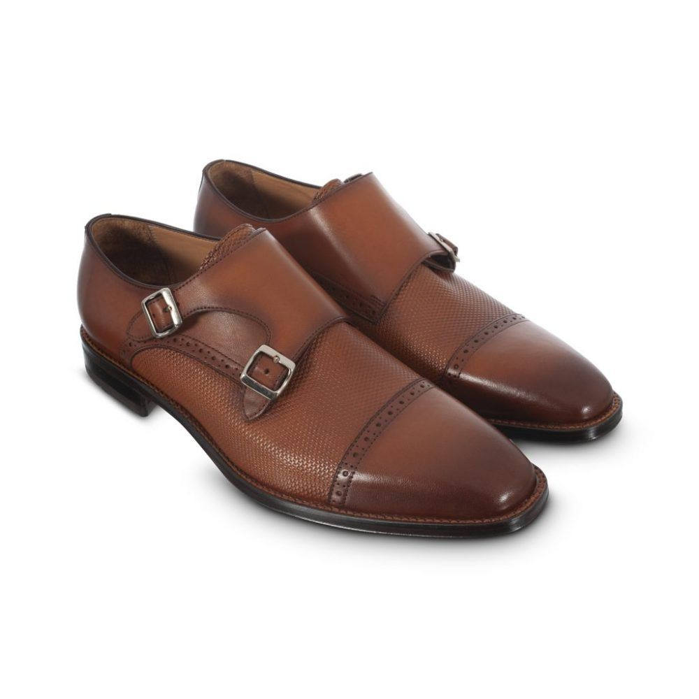 Zapato miel esfumado doble hebilla con sutil detalle chiripiado.