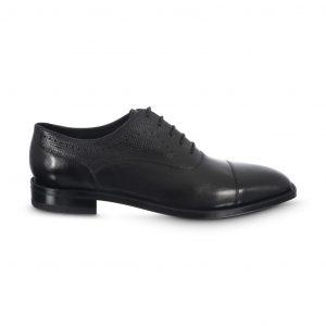 Zapato negro de amarrar.