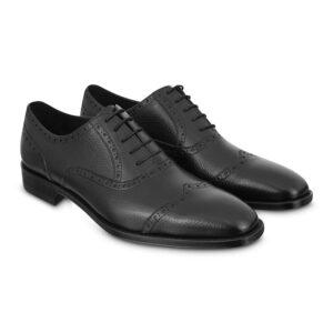 Zapato negro de amarrar, en piel de becerro Argentino chiripiado, costuras flexibles y detalles internos en cuero.